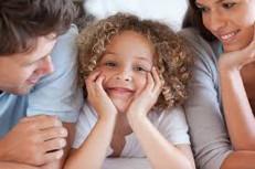 enfant-entre-parents